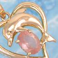 可愛らしい表情のイルカのネックレス